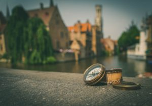Compass pointing towards Bruges